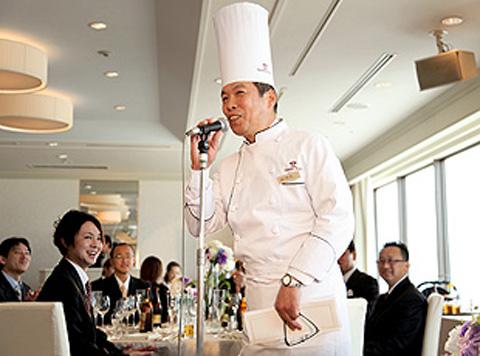 ホテル最上階の会場で、美しい景色とこだわりの料理を贅沢に堪能